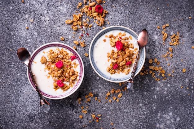 Müsli mit joghurt und getrockneten himbeeren Premium Fotos
