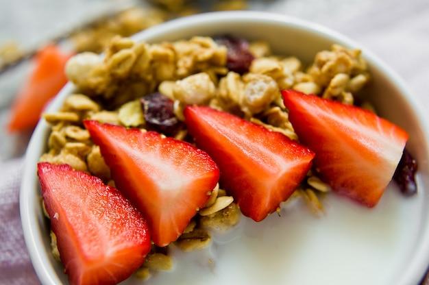 Müslischale mit müsli, erdbeeren und joghurt. Premium Fotos