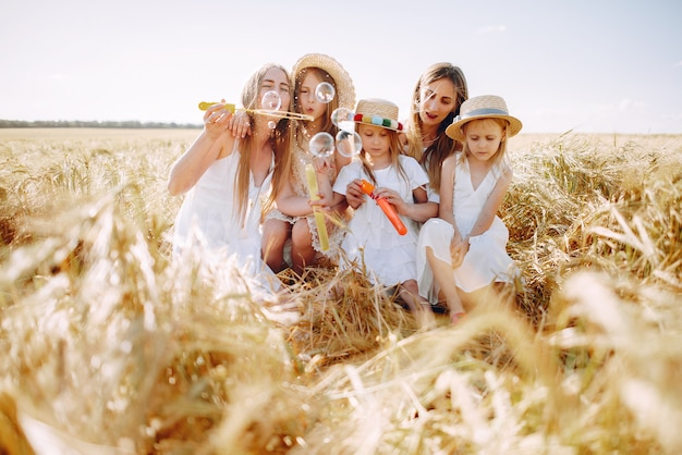 Mütter mit den töchtern, die auf einem herbstgebiet spielen Kostenlose Fotos