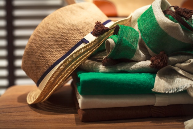 Mütze, schal und männerkleidung Premium Fotos