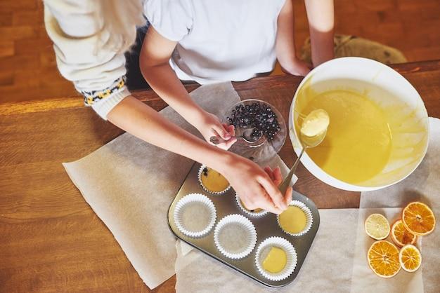 Muffins herstellen und in formen formen Kostenlose Fotos
