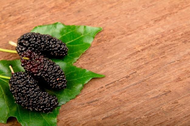 mulberry und blatt auf altem holz download der kostenlosen fotos. Black Bedroom Furniture Sets. Home Design Ideas
