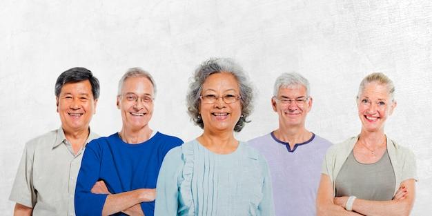 Mullti-ethnische ältere gruppe von menschen Premium Fotos