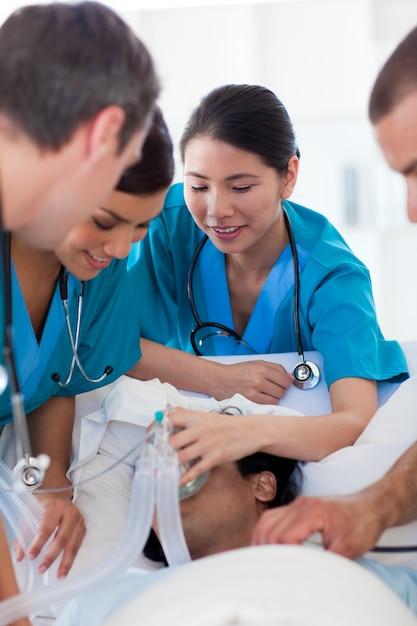 Multi-ethische ärzte, die einen patienten wiederbeleben Premium Fotos