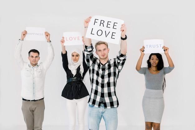 Multiethnica gruppe junger demonstranten, die plakate halten, lgbt-rechte schützen, freie liebe, auf weißem hintergrund stehend Premium Fotos