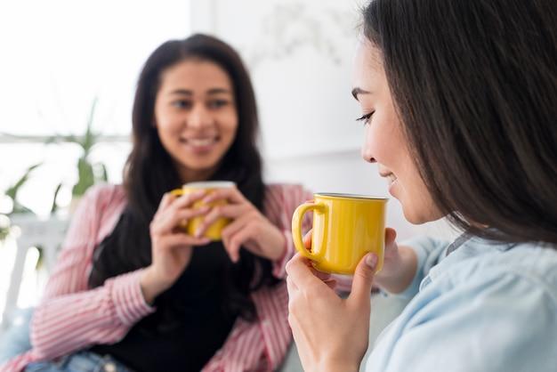Multiethnische freundinnen, die tee sprechen und trinken Kostenlose Fotos