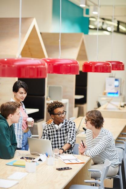 Multiethnische studenten diskutieren über ein universitätsprojekt im café Premium Fotos