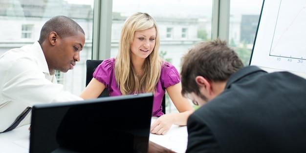 Multiethnisches geschäftsteam, das in einem büro arbeitet Premium Fotos