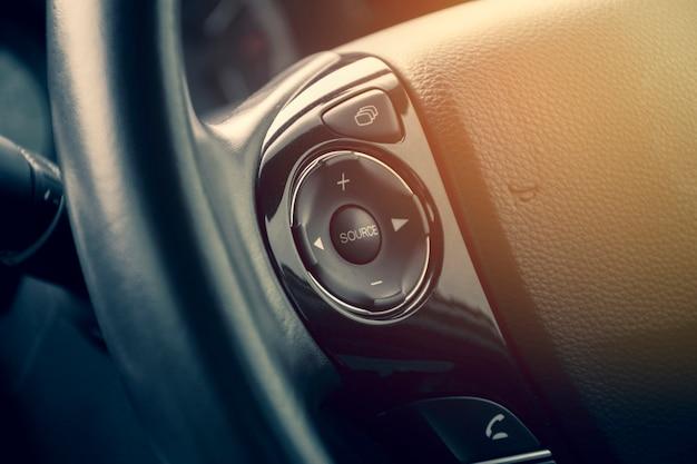 Multimedia-taste am multifunktionslenkrad in einem luxusauto. Premium Fotos