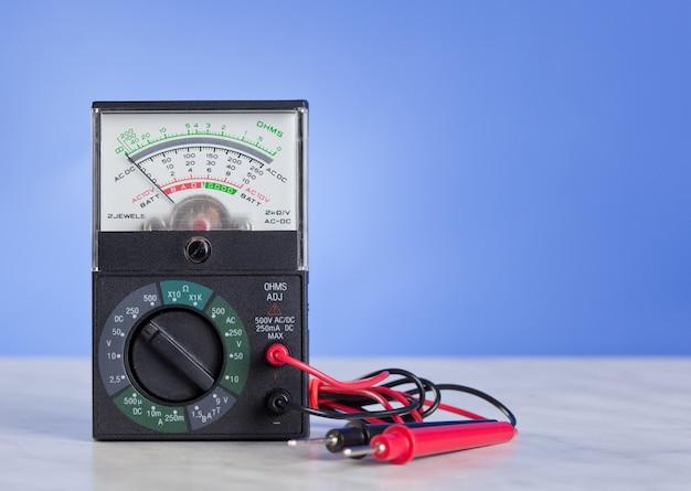 Multimeter mit sonde Premium Fotos