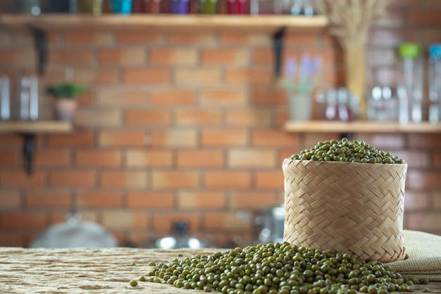 Mungobohnesamen auf einem hölzernen hintergrund in der küche Kostenlose Fotos