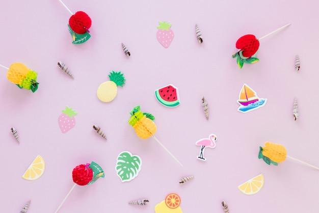 Muscheln mit cocktail-sticks auf dem tisch Kostenlose Fotos