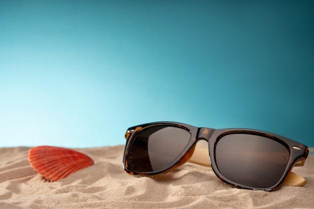 Muscheln, sichere unterbringung für meereslebewesen. karte für die reise mit verschiedenen objekten für die erholung, reisen am meer und am pool. Premium Fotos