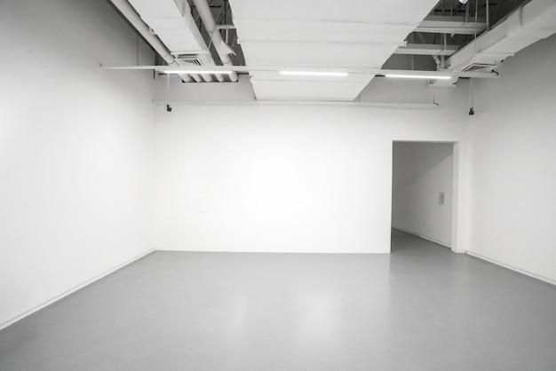 Museum für moderne kunst. innenraum der leeren galerie, weiße wände und graue böden Premium Fotos