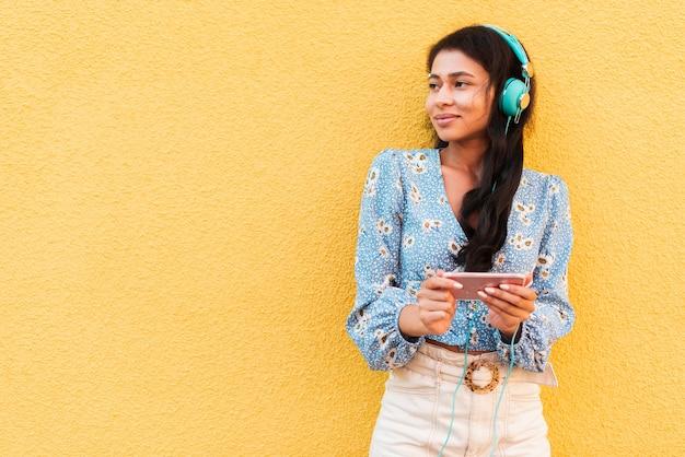 Musik hören und telefonieren, während sie wegsehen Kostenlose Fotos