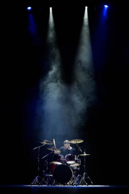 Musik, leute, musikinstrumente und unterhaltungskonzept Premium Fotos