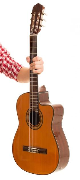 Musik, nahaufnahme. mann, der eine hölzerne gitarre anhält Kostenlose Fotos