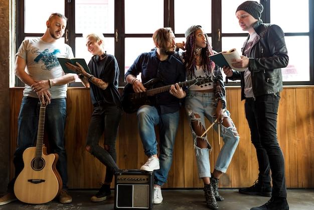 Musikband-wiederholungsfreundschaft zusammen Premium Fotos