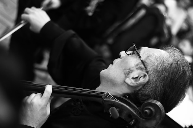 Musiker, die im konzertsaal von aram khachatryan auftreten Kostenlose Fotos