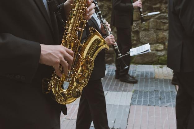 Musiker spielen saxo und oboe auf der straße Premium Fotos