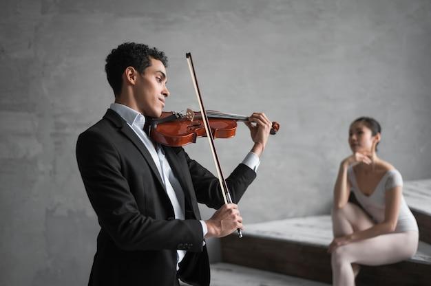 Musiker spielt geige für ballerina Kostenlose Fotos