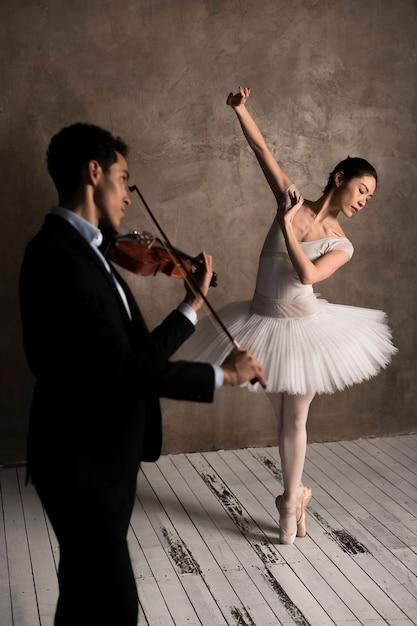 Musiker spielt geige und ballerina tanzen Kostenlose Fotos