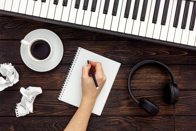 Musikerarbeitsset mit synthesizer, note und kopfhörern Premium Fotos