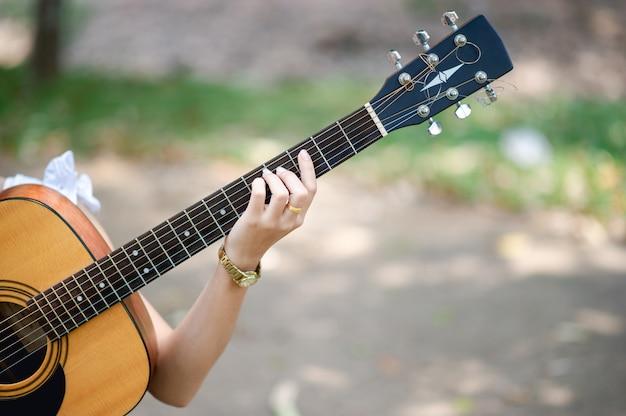 Musikerhände und akustikgitarren, musikinstrumente mit sehr gutem klang Premium Fotos
