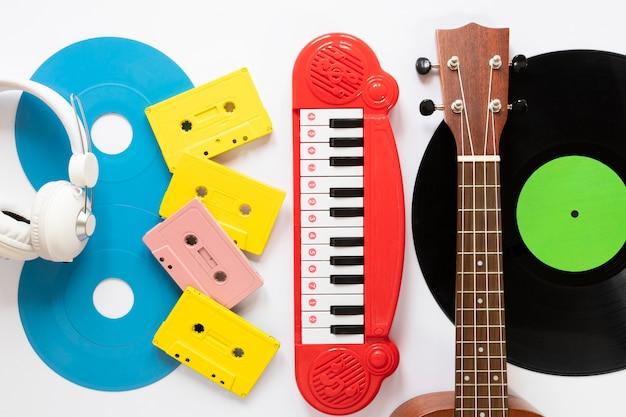 Musikinstrumente der draufsicht mit weißem hintergrund Kostenlose Fotos