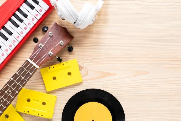 Musikkonzept auf einem hölzernen hintergrund Kostenlose Fotos