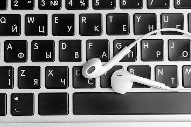 Musikkonzept - kopfhörer über laptop Premium Fotos