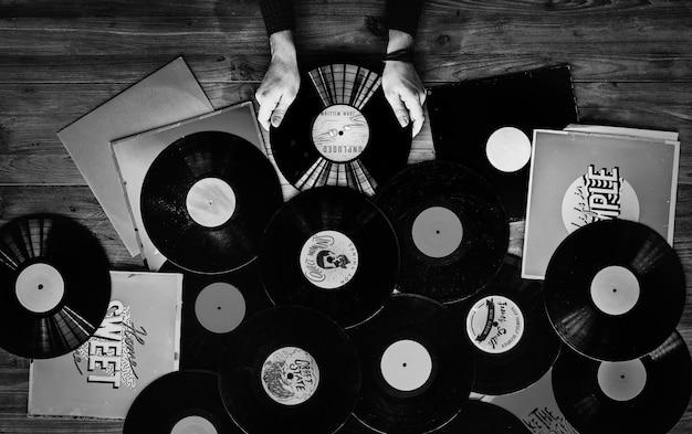 Musikliebhaber mit schallplatten Premium Fotos