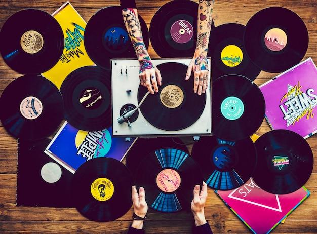 Musikliebhaber mit vinyl-schallplatten-sammlung Premium Fotos