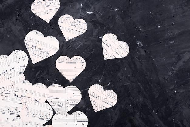 Musiknoten auf herzförmigem papier Kostenlose Fotos