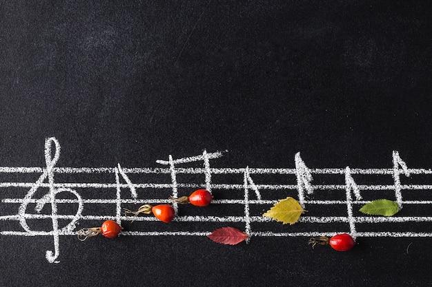 Musikskala mit violinschlüssel und noten auf tafel. Premium Fotos
