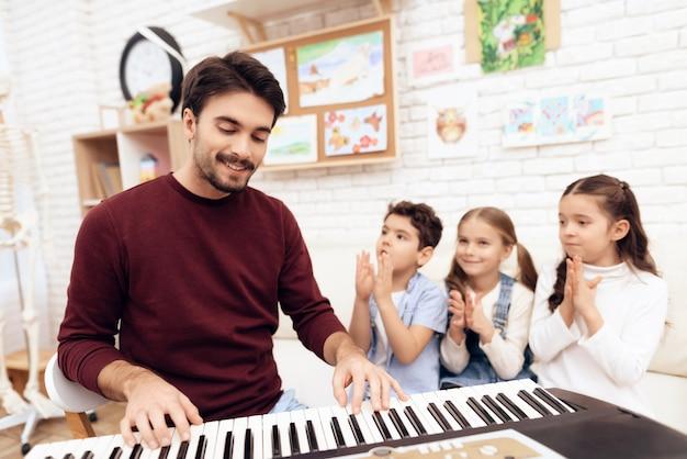 Musikunterricht für kinder, wie man am klavier spielt. Premium Fotos