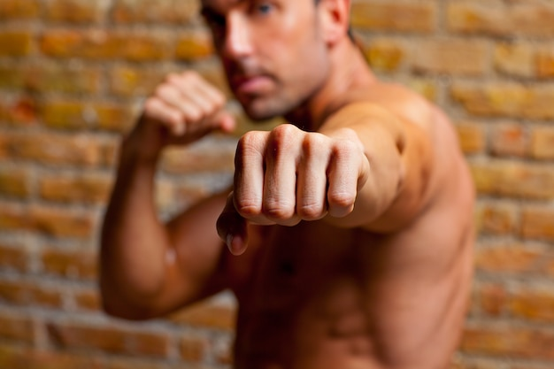 Muskelboxer geformte mannfaust zur kamera Premium Fotos