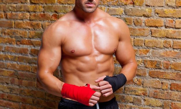 Muskelförmiger mann mit faustverband Premium Fotos