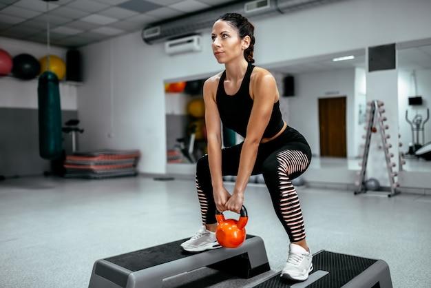 Muskulöse frau, die crossfit training an der turnhalle tut. Premium Fotos