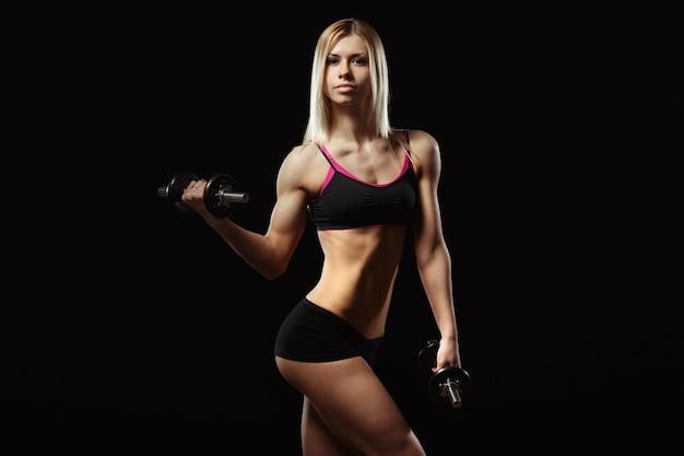 Muskulöse frau, die eine gewichtheben Kostenlose Fotos