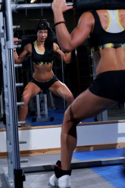 Muskulöse schöne frau an einer gymnastik Kostenlose Fotos