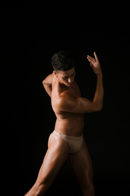 Muskulöser athlet, der körper verdreht Kostenlose Fotos