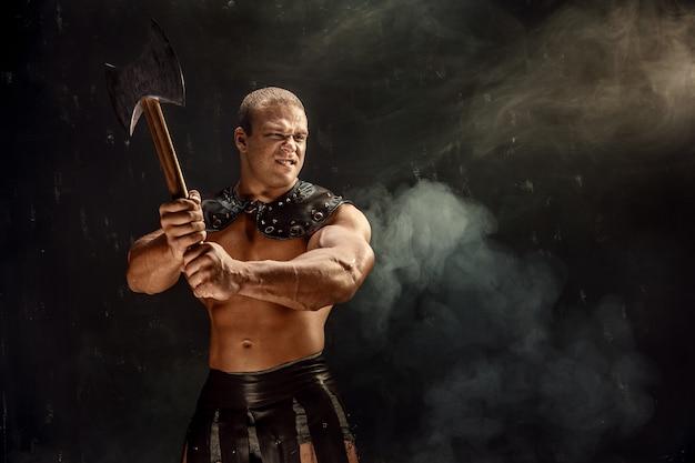 Muskulöser mann mit axt Premium Fotos
