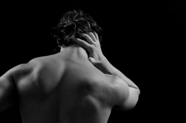 Muskulöser mann mit rückenschmerzen Premium Fotos