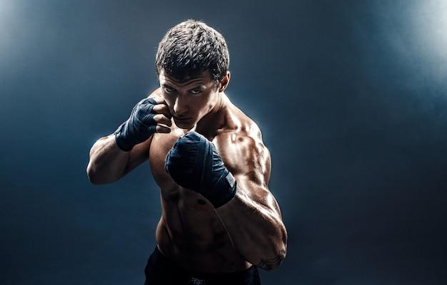 Muskulöser toplesser kämpfer in boxhandschuhen Premium Fotos