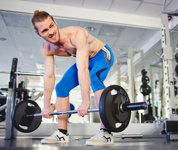 Muskulöser Mann schwere Übung Kostenlose Fotos