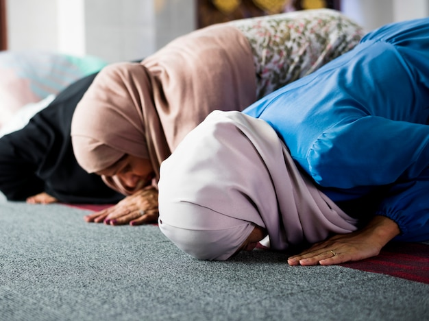 Muslim, der in der stellung von sujud betet Premium Fotos