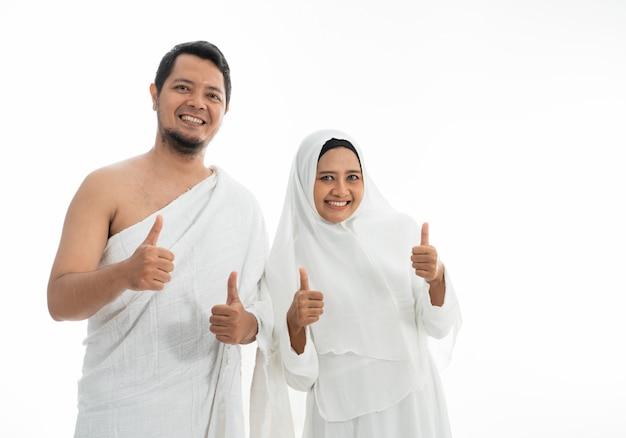 Muslim hajj umrah zeigt daumen hoch Premium Fotos
