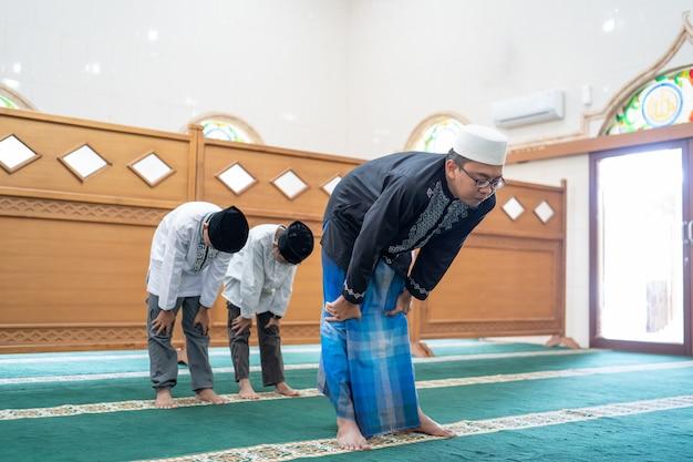 Muslime beten in der moschee Premium Fotos