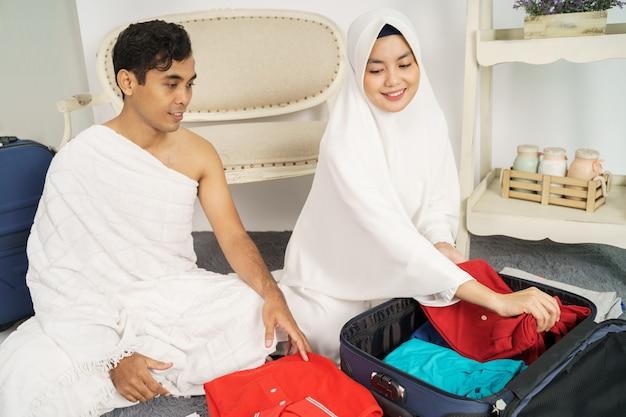 Muslimische familie, die gepäck vor hadsch vorbereitet Premium Fotos